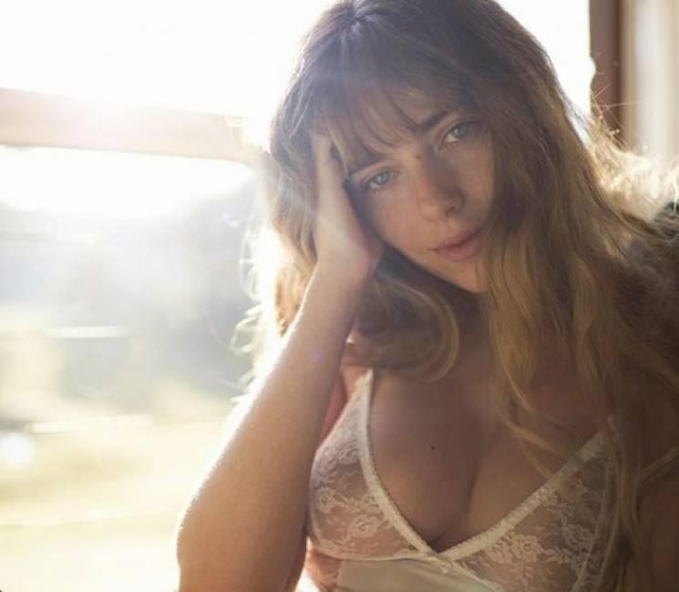 Австралійська Лоліта: як спокуслива білявка демонструє чуттєві форми (ФОТО)