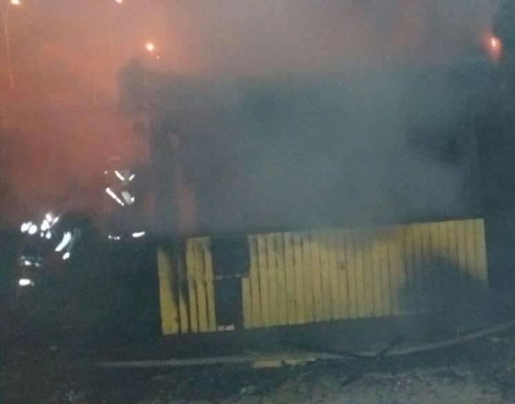 У Сумах біля Харківського мосту гасили споруду зі сміттям