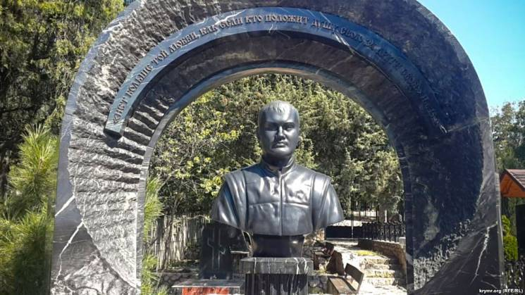 На севастопольському кладовищі знайшли бюст Януковича-молодшого