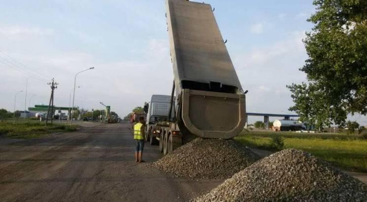 Триває ремонт проблемної траси Дніпро-Миколаїв (ФОТО)