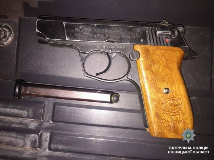 На вінницькій вулиці в порушника правил руху знайшли зброю (ФОТО)