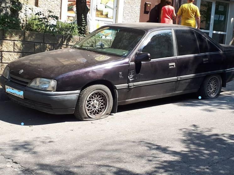 Кримчани масово ріжуть колеса автівкам на окупаційних номерах (ФОТО)