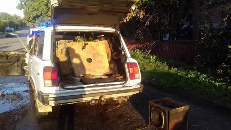 У райцентрі на Вінниччині загорівся автомобіль (ФОТО)