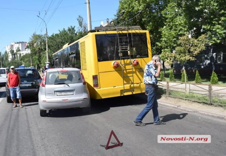 У Миколаєві внаслідок ДТП автівки повністю заблокували проспект