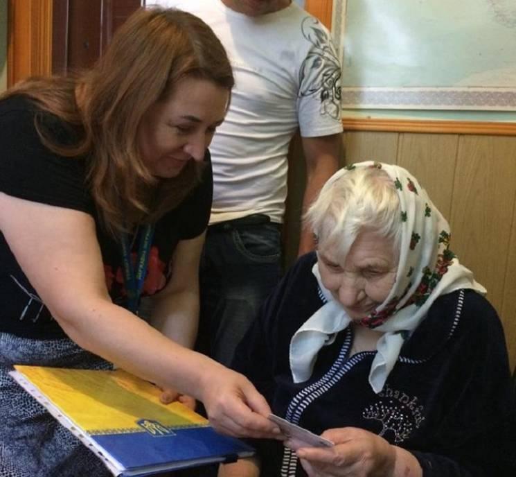 Прожити все життя без документів та отримати паспорт у 89: Неймовірна історія жительки Тернопільщини