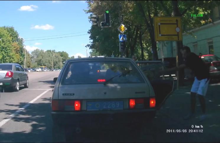 У Дніпрі розпочали розслідування проти поліцейських, які з автівки викинули сміття на тротуар