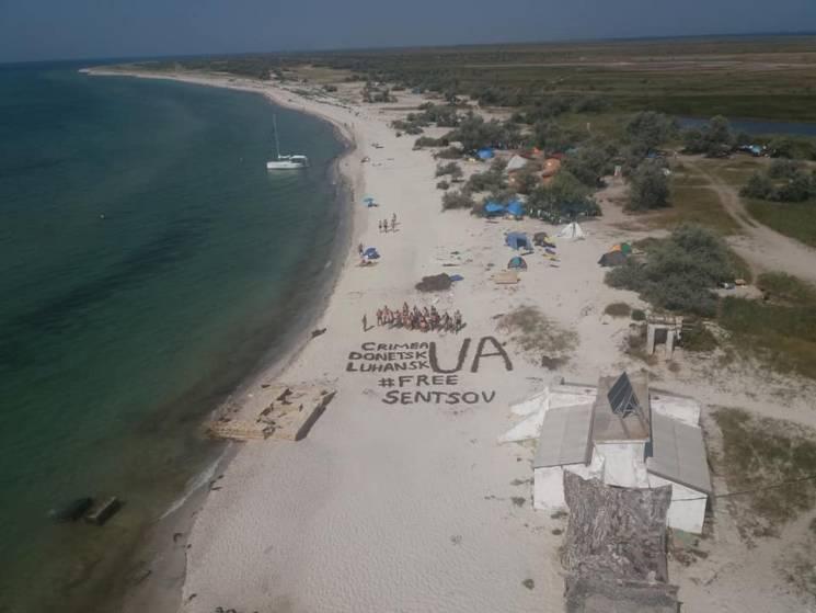 На найближчому до Криму пляжі України гігантськими літерами написали #FreeSentsov