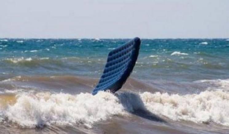 На Запоріжжі курортницю на надувному матраці віднесло в море майже на кілометр