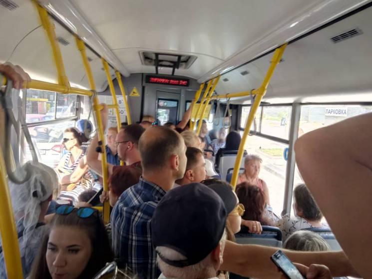 Київ суворий: Як пасажири столичного автобусу їздять один в одного на голові (ФОТО)