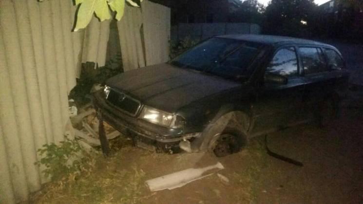 У Харкові водій протаранив паркан будинку та втік, кинувши авто (ФОТО)