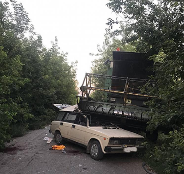 На Тернопільщині комбайн переїхав легківку: водій загинув, пасажирка - в реанімації (ФОТО)