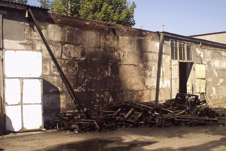 У Харкові біля складу спалахнула купа піддонів (ФОТО)