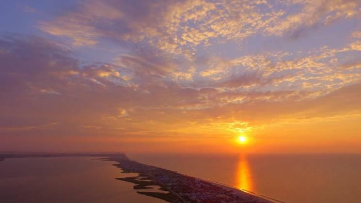 Помаранчеве сонце та спокійне море: Неймовірний схід сонця в Кирилівці (ФОТО)