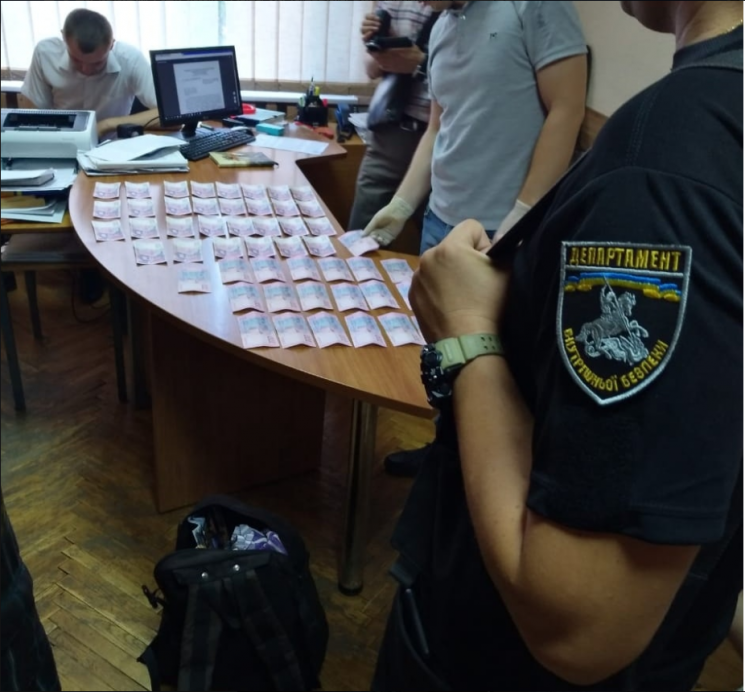 Одесит у Чернігові попався на хабарі поліцейському (ФОТО)