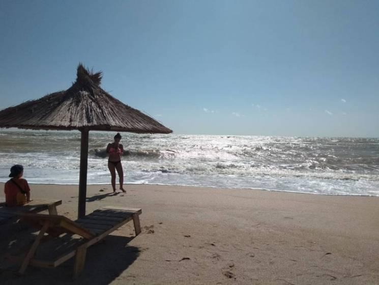 Шторм у Кирилівці розігнав туристів з пляжів (ФОТО, ВІДЕО)