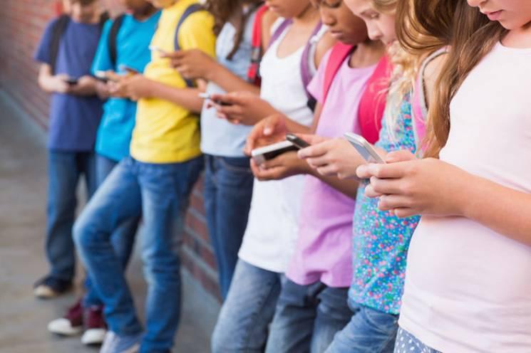 Як зібрати дитину в школу: Обираємо телефон