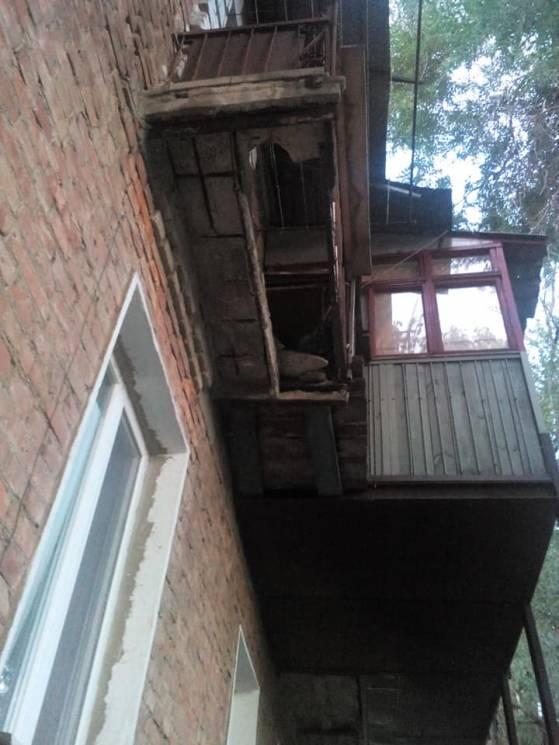 У Запоріжжі обвалився балкон, постраждала дівчина (ФОТО)