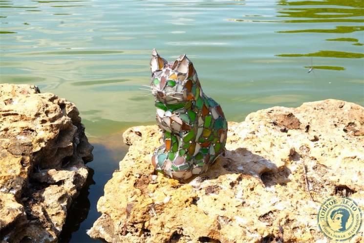 На ставку в одеському парку Перемоги оселився склянний кіт (ФОТО)