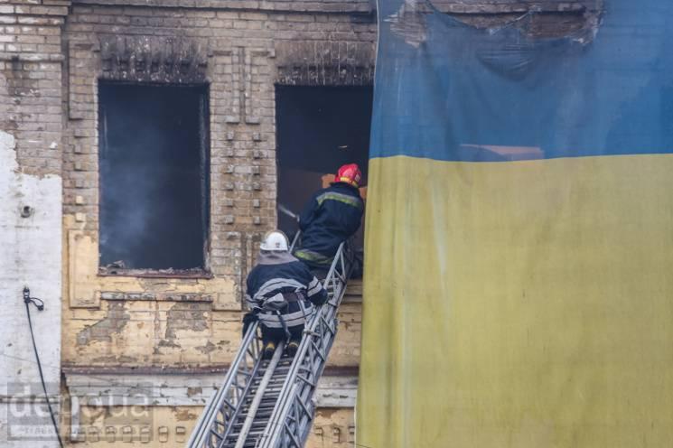 На Хрещатику обвалилася частина центрального гастронома (ФОТО, ВІДЕО)