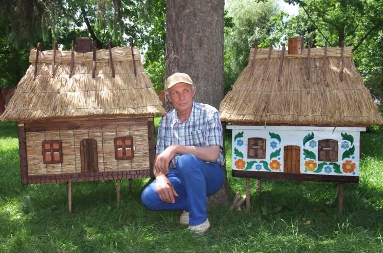 Ошатні вулики виготовлені у вигляді старовинних селянських хаток під стріхою дивують Тернопільщину