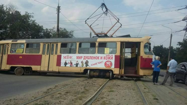 У Харкові на заїзді на міст трамвай злетів з рейок та заблокував дорогу (ФОТО)