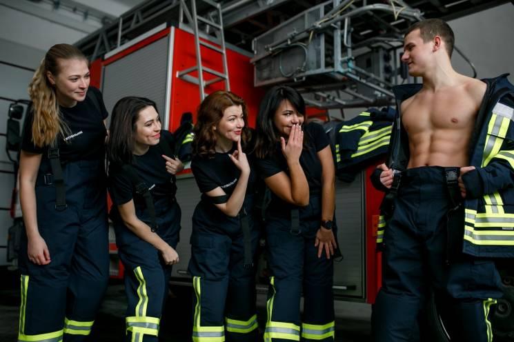 Дніпропетровські рятувальники на фото хизуються сексі-торсами (ФОТО)