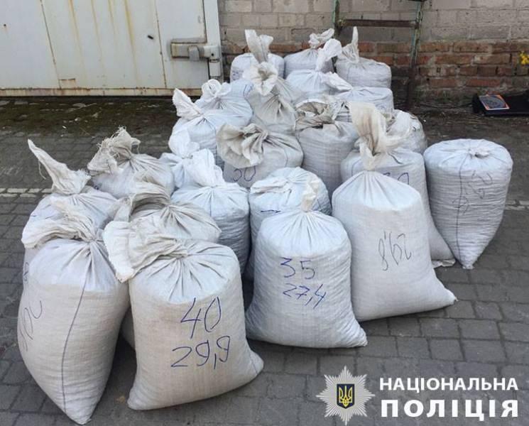Поліція закінчила сортування затриманого у Запоріжжі нелегального бурштину. Вага - понад тонна (ФОТО)