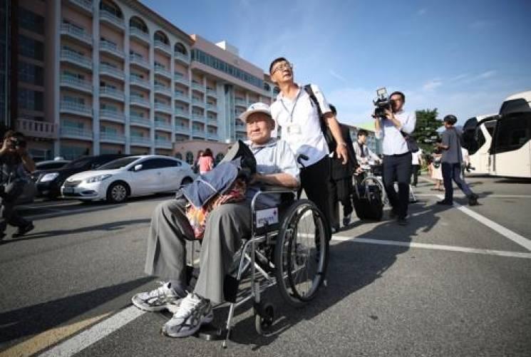 Південні корейці їдуть до КНДР на зустріч розділених сімей (ФОТО)