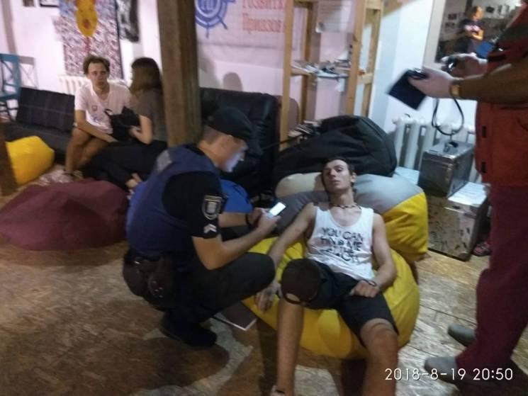 У Маріуполі невідомі у балаклавах напали на мистецький заклад: 10 постраждалих (ФОТО)