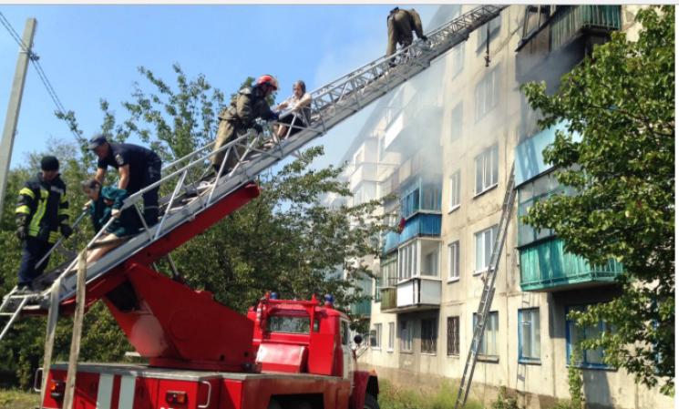 На Донетчине горела многоэтажка, жители эвакуированы, есть погибший (ФОТО)
