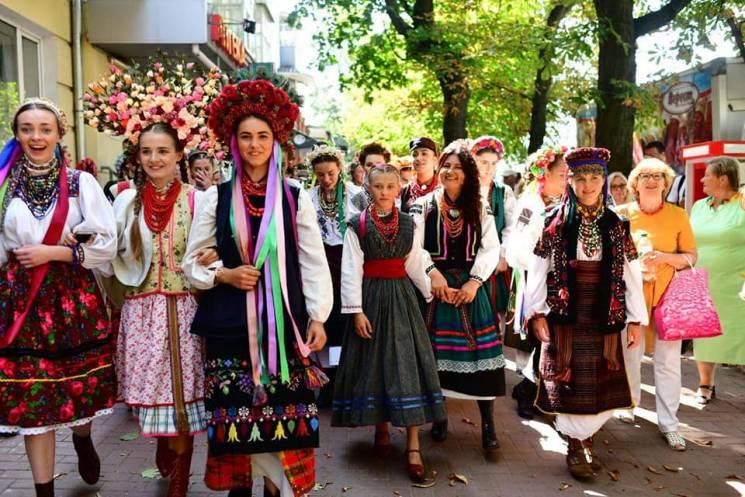 Вишиванкова нація: У Хмельницькому презентували півсотні автентичних жіночих строїв (ФОТО)