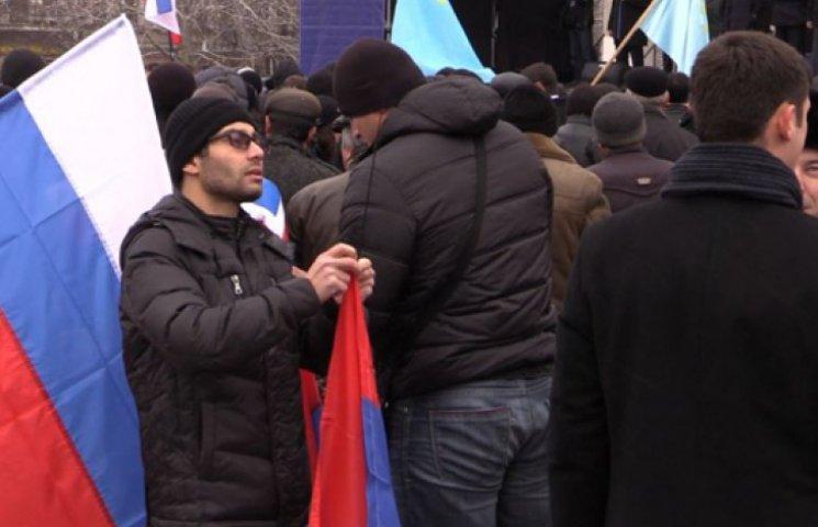 У Сімферополі кримські татари розірвали плакати на пропутінському мітингу