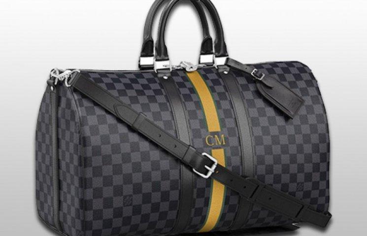 a7ff2c570412 Пока нововведение коснулось только мужской коллекции аксессуаров, пишет  ДеПо со ссылкой на GQ. Теперь, приобретая сумку, чемодан или обложку для  паспорта из ...