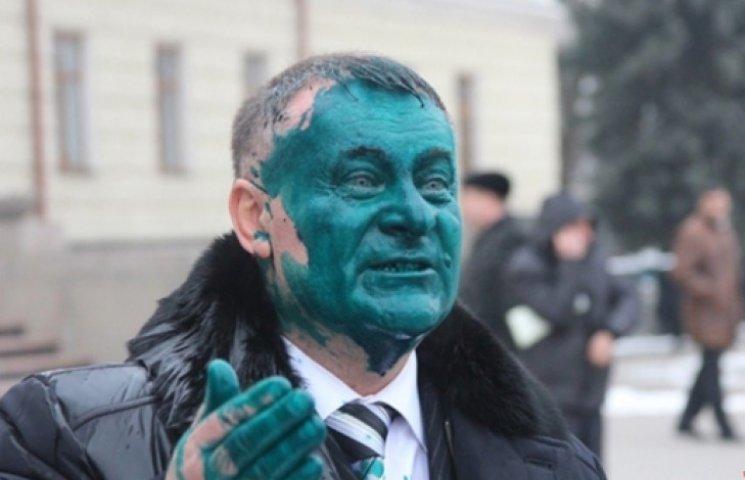 На Хмельниччині розлючені селяни «озеленили» колишнього «регіонала»