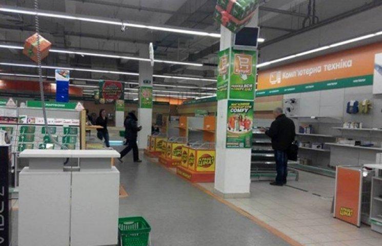 В донецких магазинах придумали, как обойти запрет Порошенко