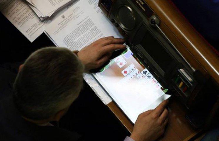«Свободовец» Бублик во время речи Яценюка упражнялся игрой в карты