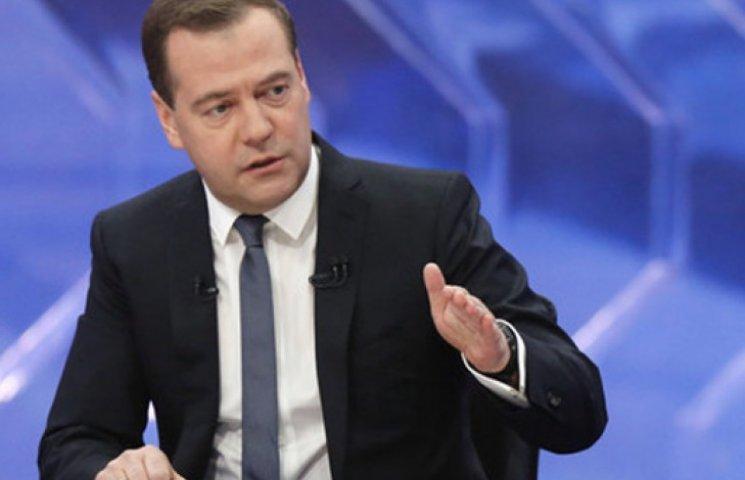 Медведев обещает лишить заработков миллионы украинцев, работающих в РФ