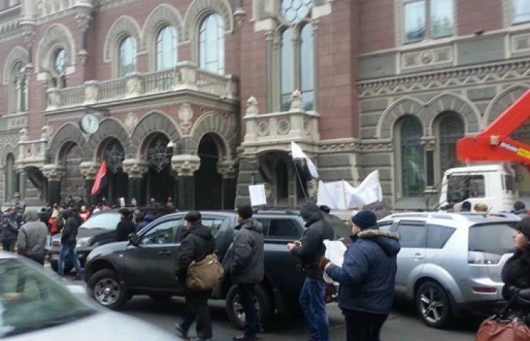 Незадоволені вкладники мітингують під будівлею НБУ