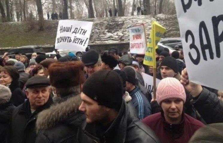 Мітингувальники перекрили вулицю під Кабміном: сталися зіткнення з міліцією