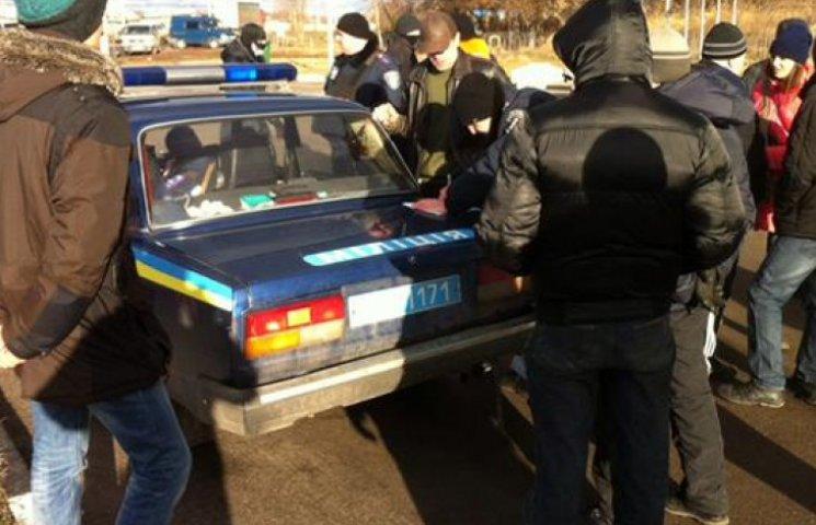 Выезд из Харькова перекрыла группа активистов