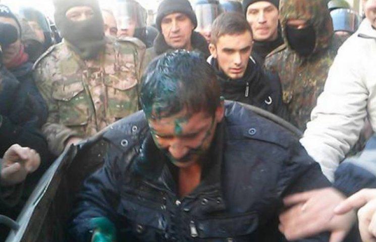 Харківського депутата посадили в сміттєвий бак і облили зеленкою