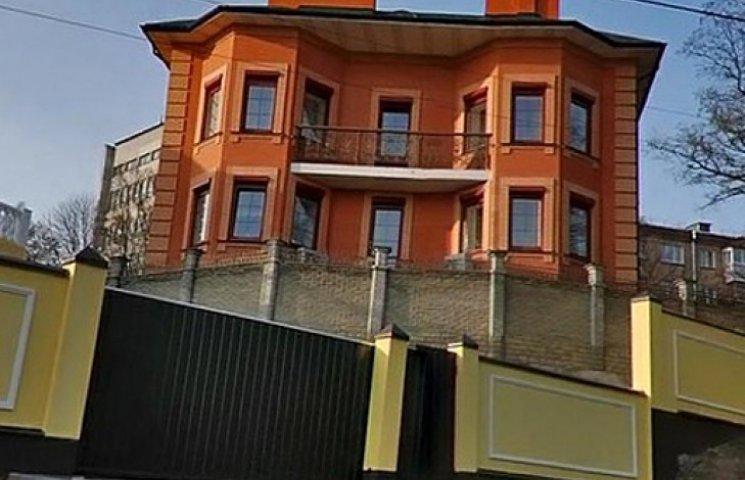 Беглый Азаров продает дом на Печерске