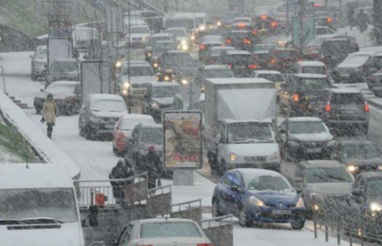 Снігопад спровокував величезні затори в центрі Києва