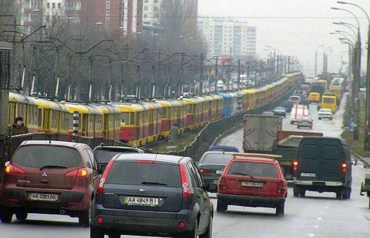 У Києві транспортний колапс: Підприємці перекрили рух машин і трамваїв