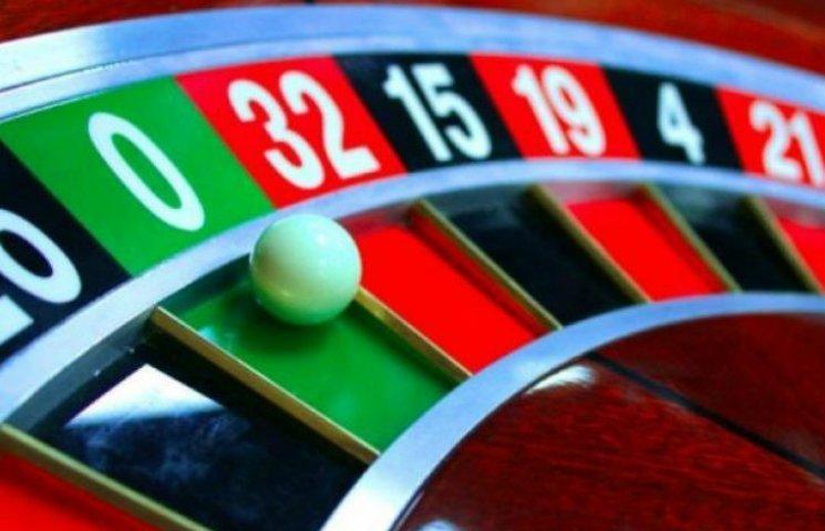 Переважна кількість українців проти ініціативи Яценюка легалізувати казино в готелях