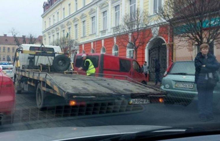 """З центра Ужгорода """"оленів"""" вивозять на евакуаторі"""