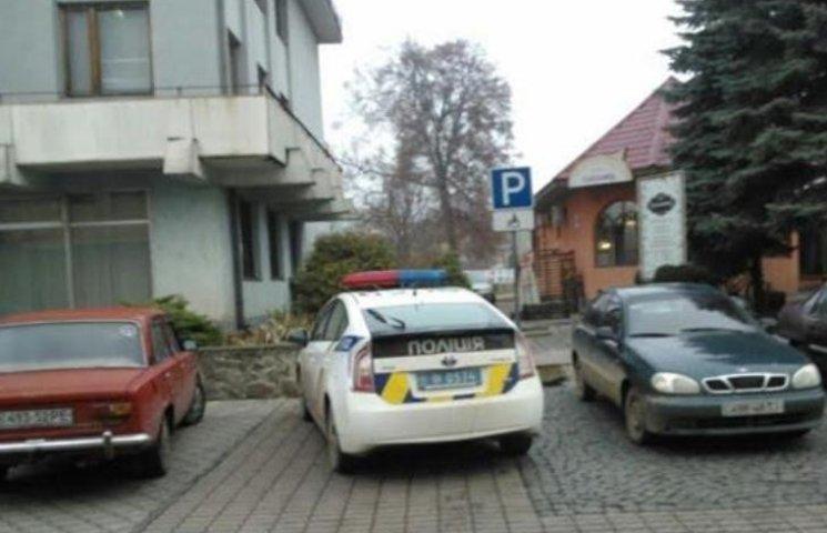 У Мукачеві нова поліція паркується на місці для інвалідів