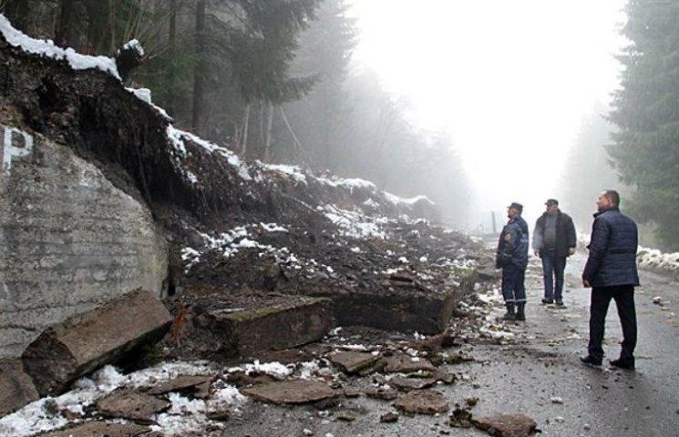 Дорогу на Синевирському перевалі завалило бетонними плитами