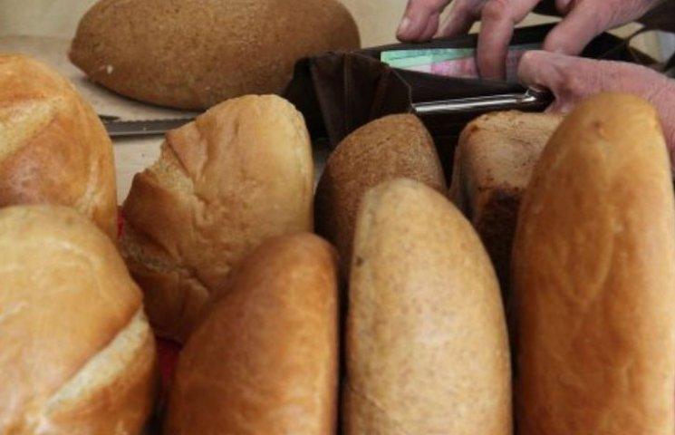 Черги за дешевим хлібом: Кияни за півгодини розкуповують по 200 паляниць