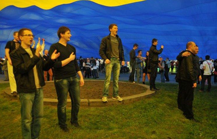 У Бердянську гімн України заспівали від мала до велика, від повара до попа